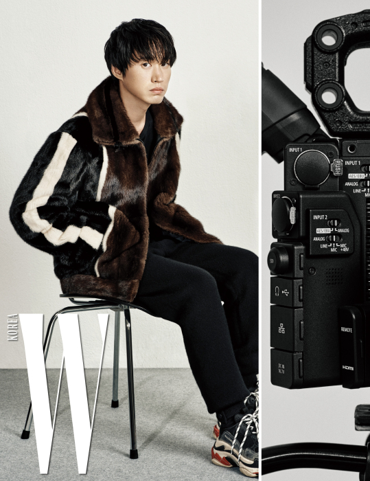 줄무늬 퍼 재킷은 펜디, 안에 입은 검정 티셔츠와 검정 니트 팬츠는 보테가 베네타 제품, 슈즈는 에디터소장품.