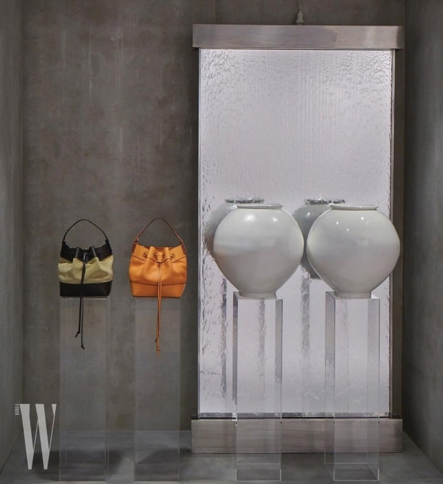 조선 시대 후기 달항아리(Moon Jar)가 등장한 로에베의 쇼윈도 컨셉.