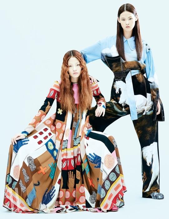 아현이 입은 고대 벽화의 그림을 닮은 프린트가 인상적인 플리츠 드레스는 발렌티노 제품. 가격 미정. 앨리스가 입은 말 그림이 강렬한 셔츠와 통 넓은 팬츠는 모두 가격 미정. 뱀피 소재 앵클부츠는 프라다 제품. 2백만원.