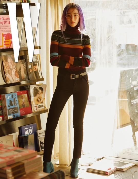 빈티지 무드의 줄무늬 터틀넥 톱, 검은색 스키니 팬츠는 Levi's,베이비 핑크 프레임 안경은 Lash 제품, 벨트와 부츠는 본인 소장품.