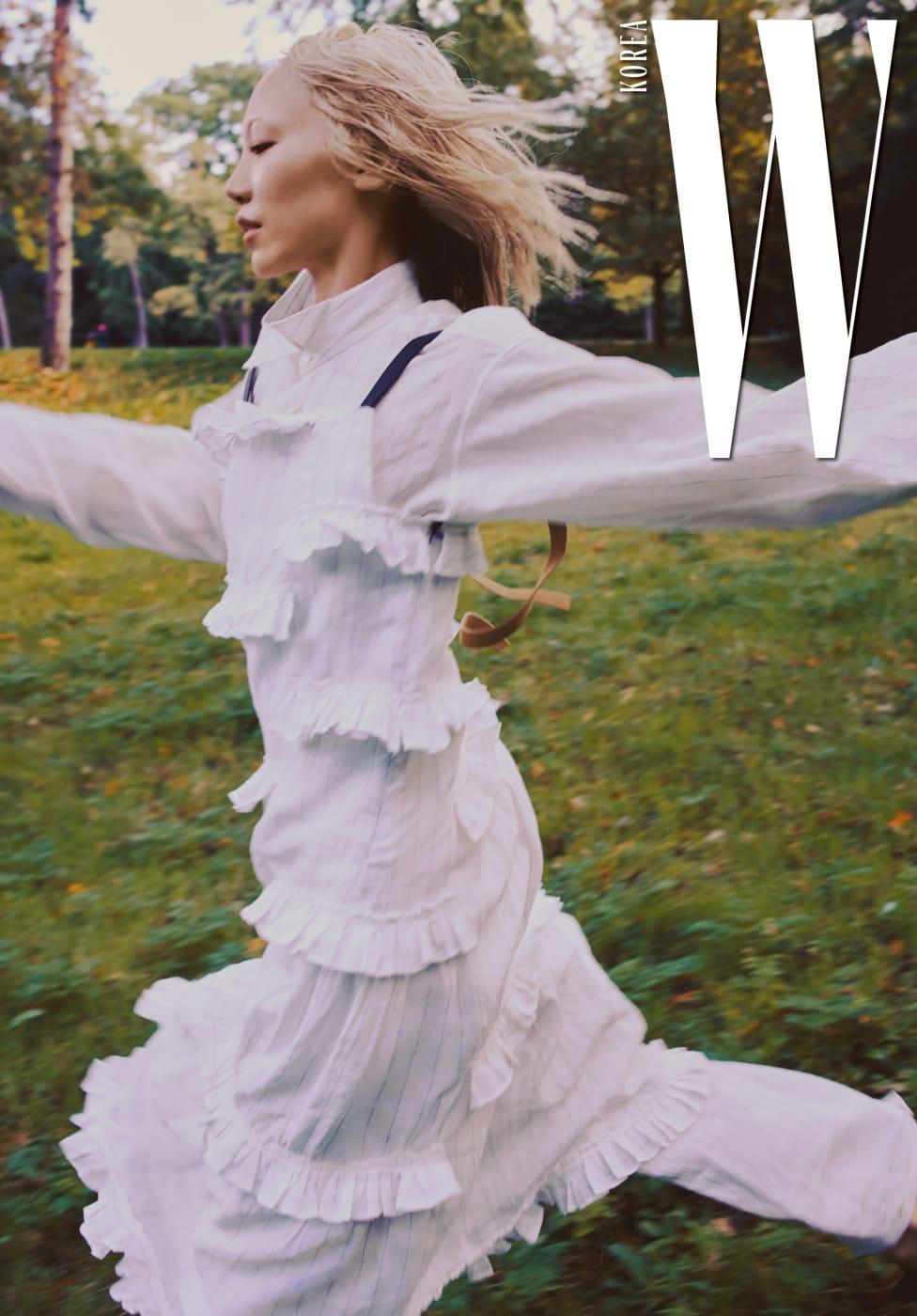 스트랩이 가죽으로 된 러플 장식 드레스와 순백의 셔츠, 팬츠는 모두 Loewe 제품.
