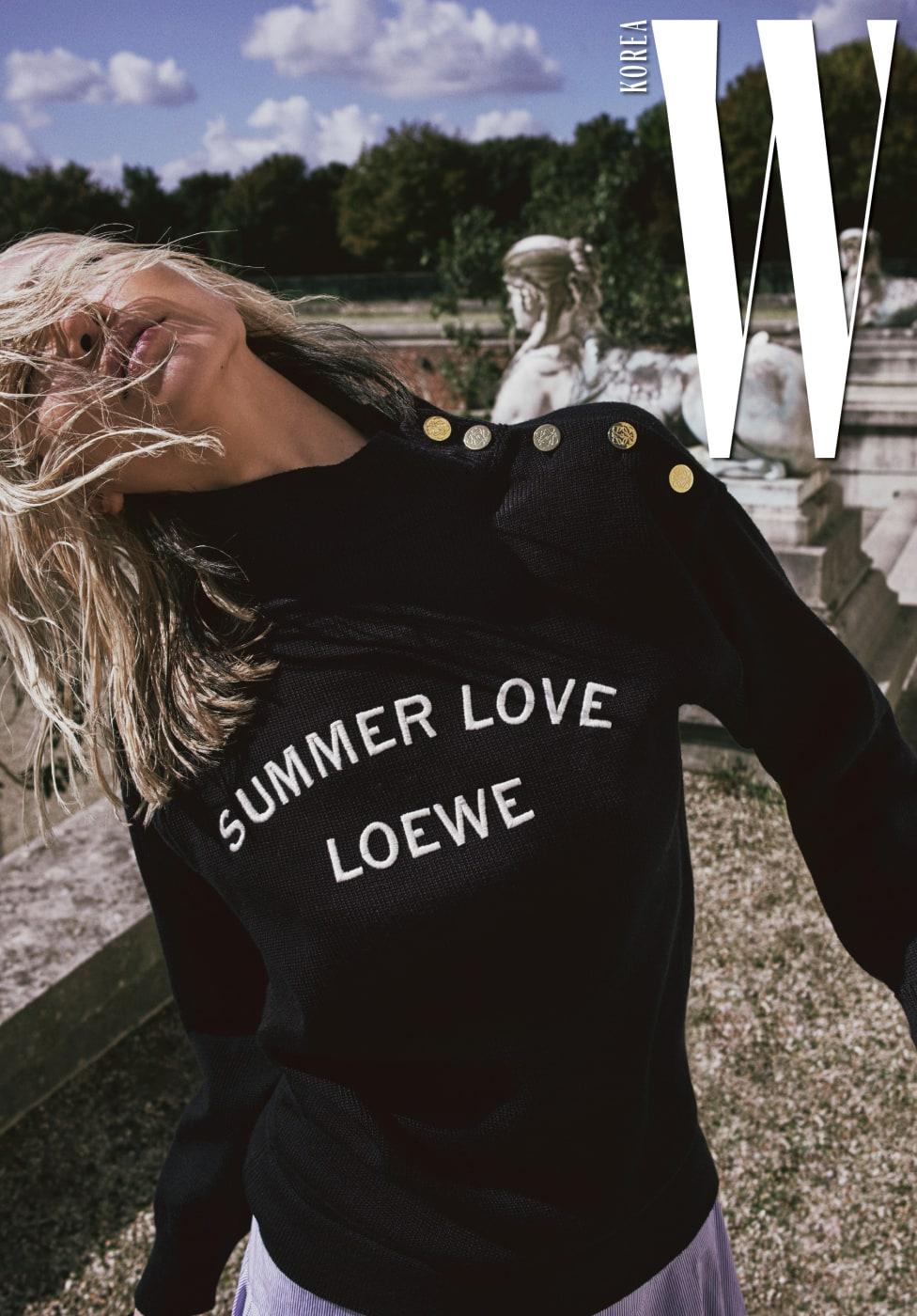 어깨 부분 스냅이 포인트인 레터링 스웨터와 줄무늬 패턴 스커트는 Loewe 제품.