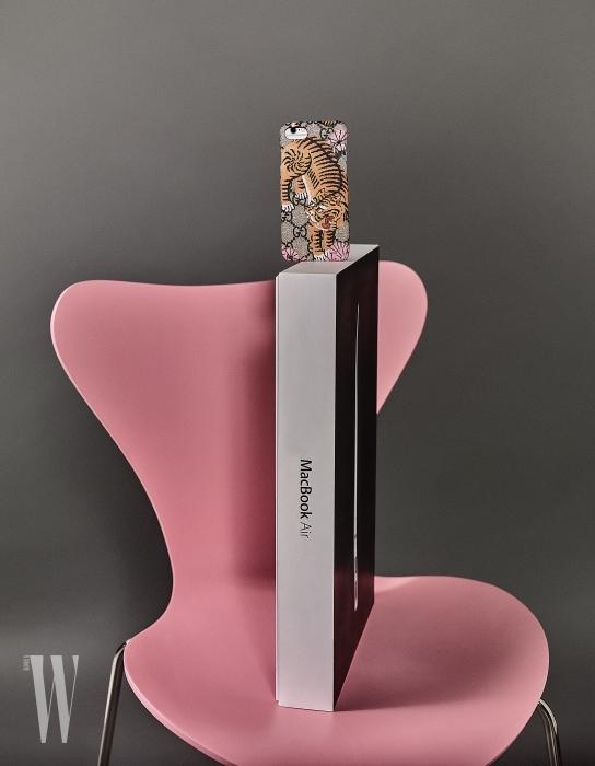호랑이 프린트와 로고가 어우러진 핸드폰 케이스는 구찌 제품. 가격 미정.