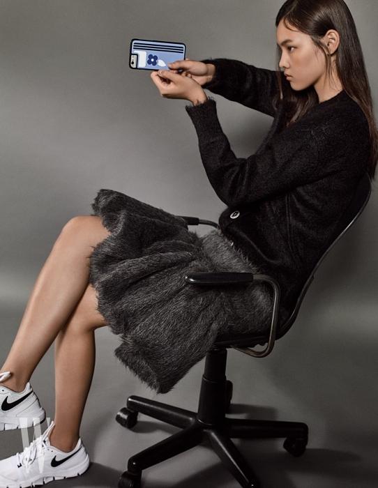 하늘색 꽃무늬 핸드폰 케이스는 프라다 제품. 22만원. 검은색 앙고라 소재 카디건과 회색 스커트는 모두 프라다 제품. 하얀색 러닝화는 나이키 제품. 가격 미정.