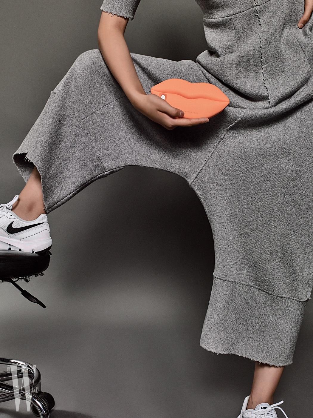 회색 점프슈트는 가격 미정, 입술 모양의 고무 소재 핸드폰 케이스는 11만원대, 모두 스텔라 매카트니 제품. 하얀색 러닝화는 나이키 제품. 가격 미정.