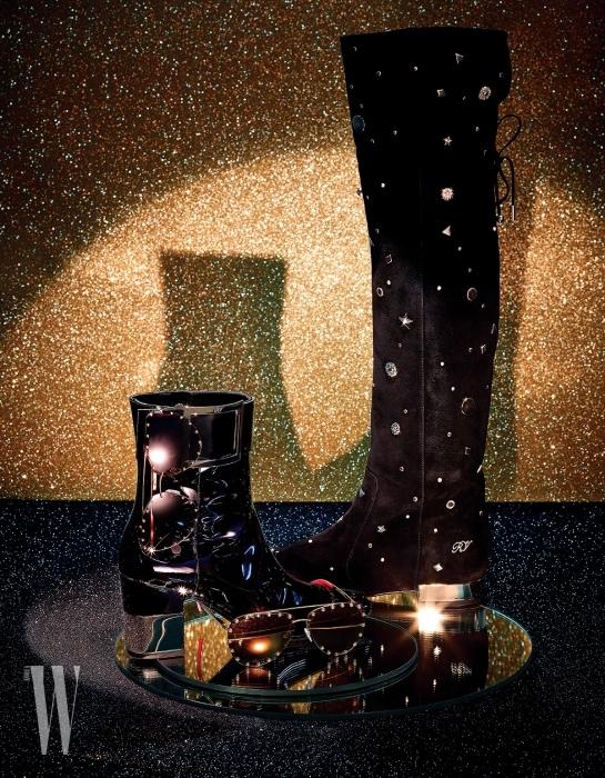 클래식한 버클 장식이 돋보이는 페이턴트 소재의 스퀘어 포디움 부티는 Roger Vivier, 부츠에 걸려있는 메탈릭한 스터드 장식의 붉은색 렌즈가 특징인 선글라스는 Louis Vuitton, 금빛 미러 렌즈가 돋보이는 보잉 선글라스는 Louis Vuitton, 별 등의 금빛 메탈 장식이 개성 넘치는 검정 스웨이드 소재의 스타즈 니하이 부츠는 Roger Vivier 제품.