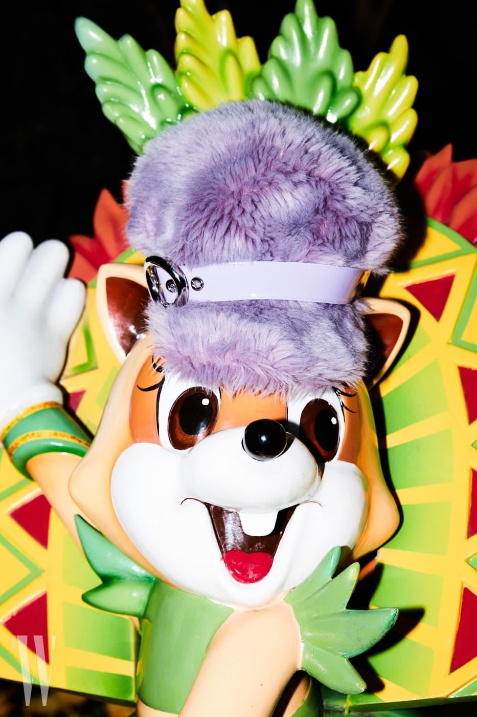 인형 머리에 얹힌 연보라색 페이크 퍼 모자는 미우미우 제품. 3백13만원.