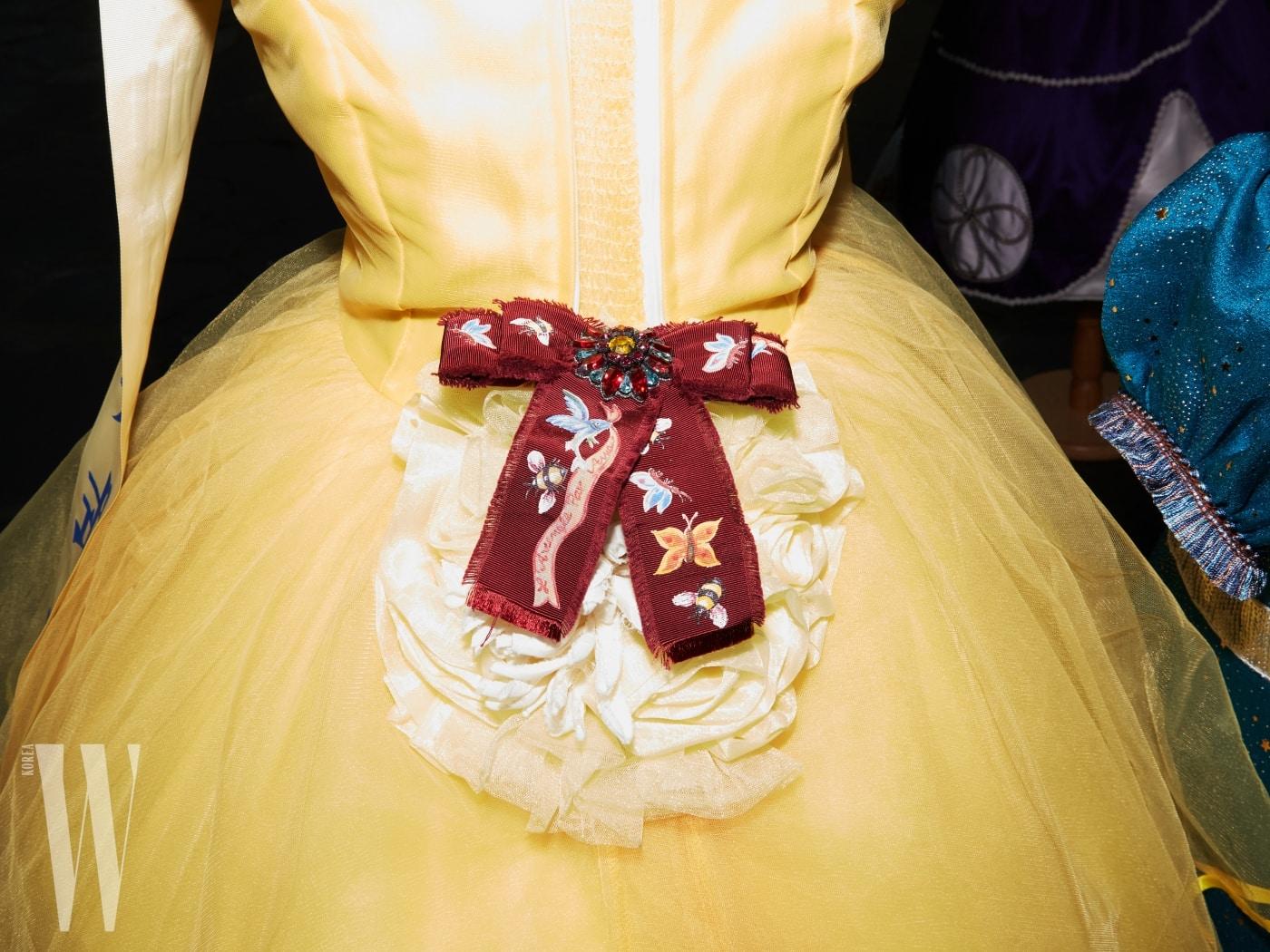 풍성한 드레스에 달아놓은 리본 브로치는 구찌 제품. 55만원.
