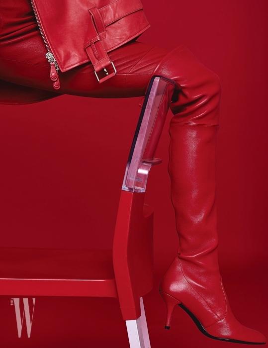붉은색 가죽 재킷은 토즈 제품. 6백만원대. 가죽 팬츠는 토즈 제품. 4백만원대. 슈즈는 스튜어트 와이츠먼 제품. 가격 미정.
