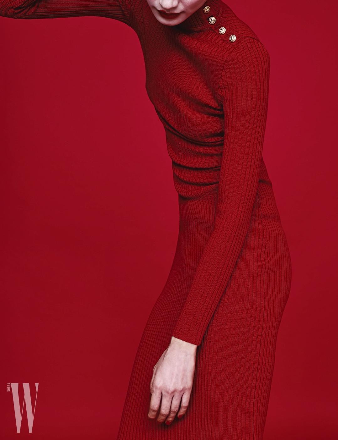 몸의 실루엣을 드러내는 니트 드레스는 발맹 제품. 가격 미정.