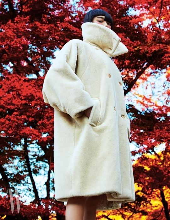 포근한 소재감과 캐주얼하고 모던한 디자인이 돋보이는 테디베어 코트. 최근 막스마라 F/W 컬렉션까지, 매년 다양한 색상으로 진화해온 막스마라의 아이코닉 코트 중 하나이다.