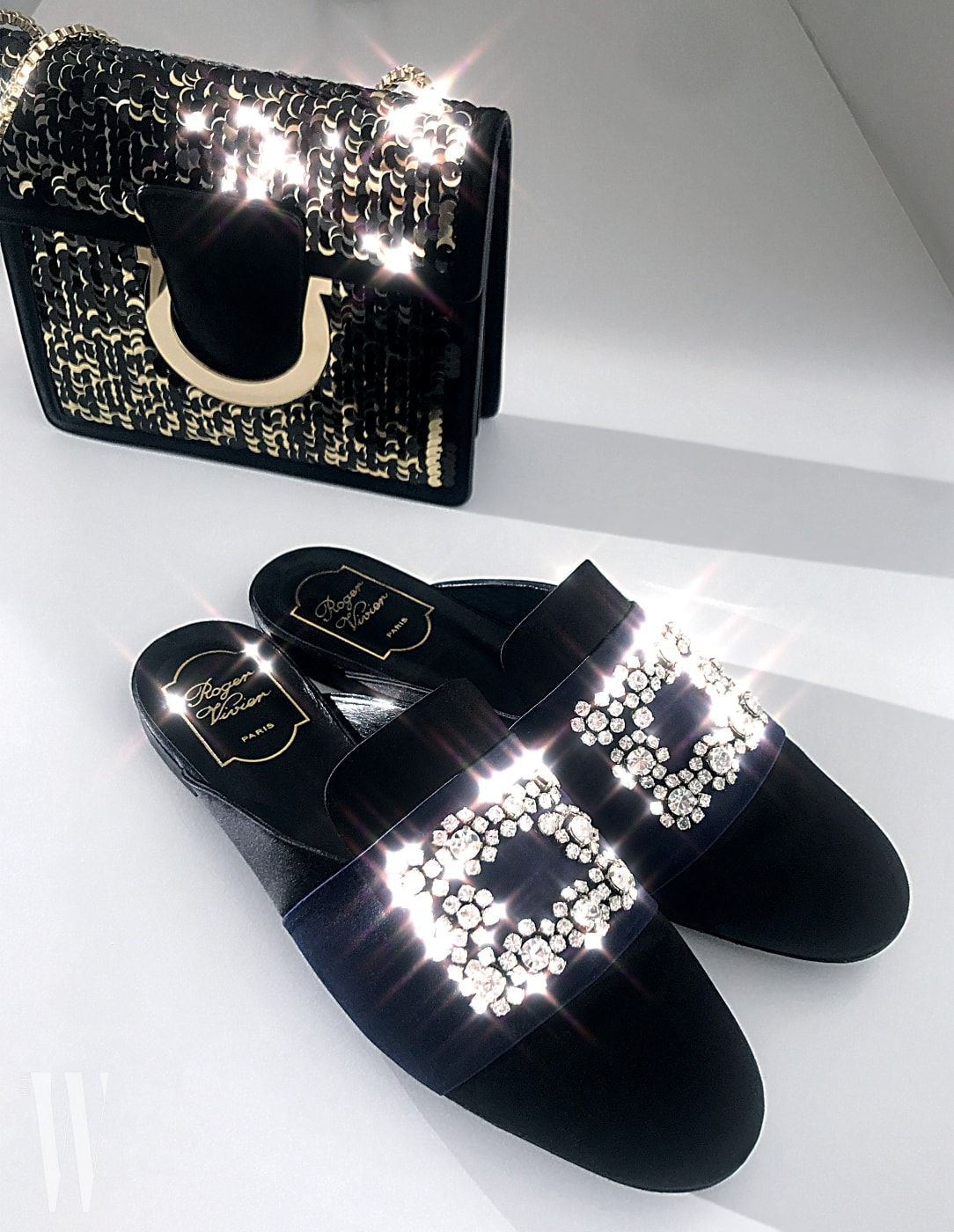 시퀸 장식 핸드백은 살바토레 페라가모 제품. 1백40만원대. 우아한 주얼 장식 새틴 슬리퍼는 로저 비비에 제품. 1백60만원대.