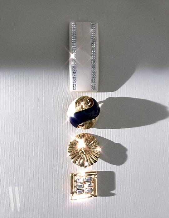 위부터 | 흰색 이어클립, 동그란 빈티지 무드의 귀고리, 금빛 BB 로고 장식 귀고리, 네모난 주얼 장식 귀고리는 모두 발렌시아가 제품. 금빛 BB 이어클립은 30만원대, 나머지는 가격 미정.