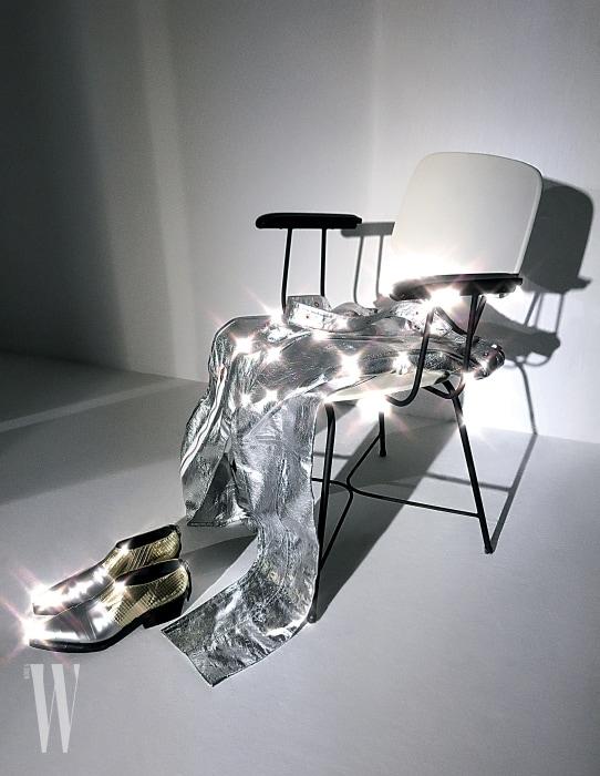 실버 팬츠, 뾰족한 앞코가 특징인 메탈릭 슈즈는 프로엔자 스쿨러 제품. 모두 가격 미정.