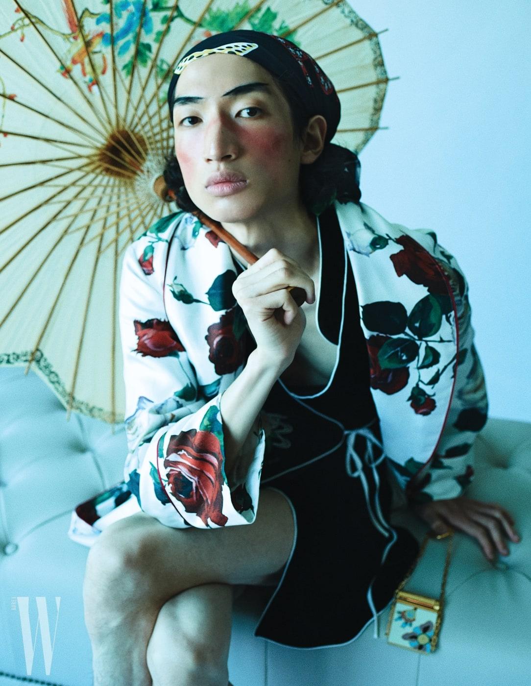 모델 김봉우가 입은 장미 프린트 실크 로브는 Dolce & Gabbana, 안에 입은 오리엔탈 무드의 벨벳 로브는 Rixo London by Net-A-Proter, 머리에 두른 스카프는 Sonia Rykiel, 오리엔탈 문양의 립스틱 케이스는 Valentino Garavani 제품.