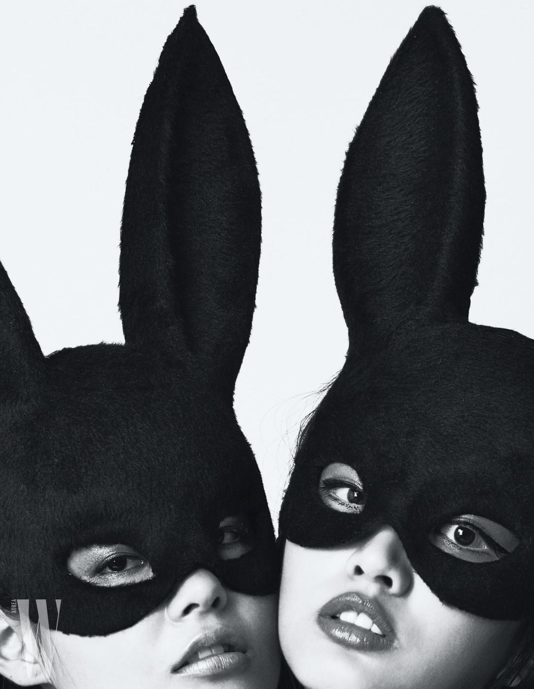 모델 천예슬과 이화가 쓴 토끼 가면은 프롭 스타일리스트 제작 제품.