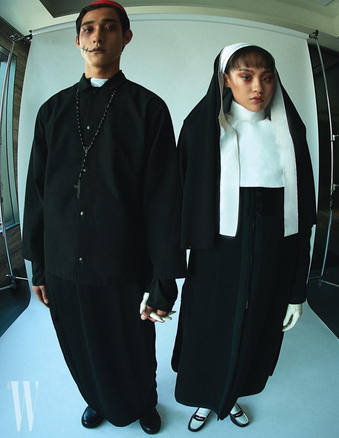 모델 케빈이 신은 검정 슈즈는 Saint Laurent, 모델 김별이 신은 로퍼는 Trickers by Unopair 제품. 두 사람이 입은 의상은 프롭 스타일리스트 제작 제품.