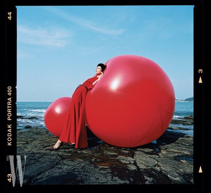 강렬한붉은색롱드레스와벨트는Dior, 주얼장식슈즈는Miu Miu, 팔찌는Swarovski 제품.