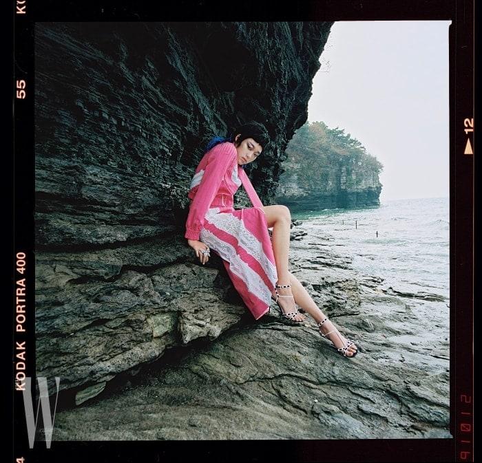 레이스장식의분홍색톱과집업스커트, 샌들은모두Valentino, 큼직한나비모티프반지는Gucci 제품.