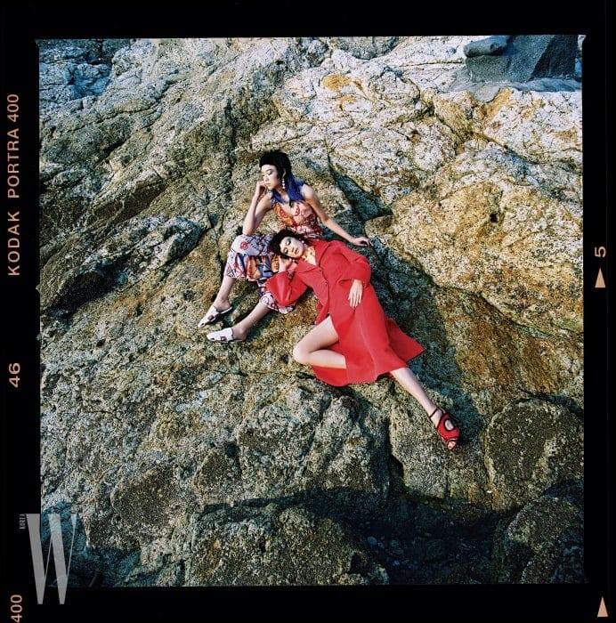 김설희가착용한화려한실크드레스와가죽플랫슈즈, 박세라가착용한붉은색코트와톱, 조형적인힐은모두Hermes, 진주장식의드롭형귀고리는둘다Studio Tomboy by Minetani 제품.