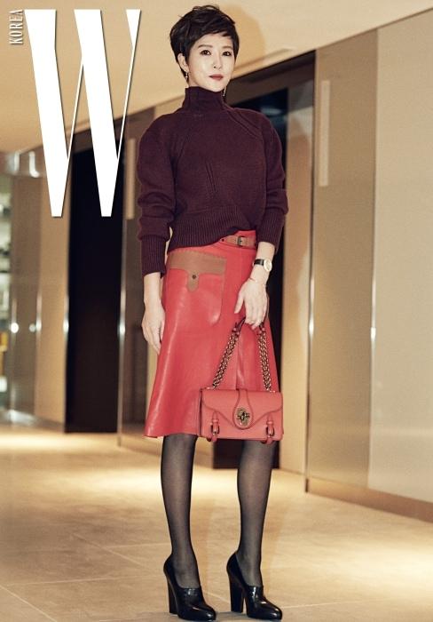 로 다시 한 번 전성기를 맞이한 배우 김선아. 도회적인 스타일과 컬러풀한 스커트의 매치가 돋보였다. 울 캐시미어 스웨터, 트임 장식 가죽 스커트, 버클 장식과 매듭 모양의 잠금 장치가 독특한 체인 백, 네로 나파 펌프스는 모두 Bottega Veneta제품.