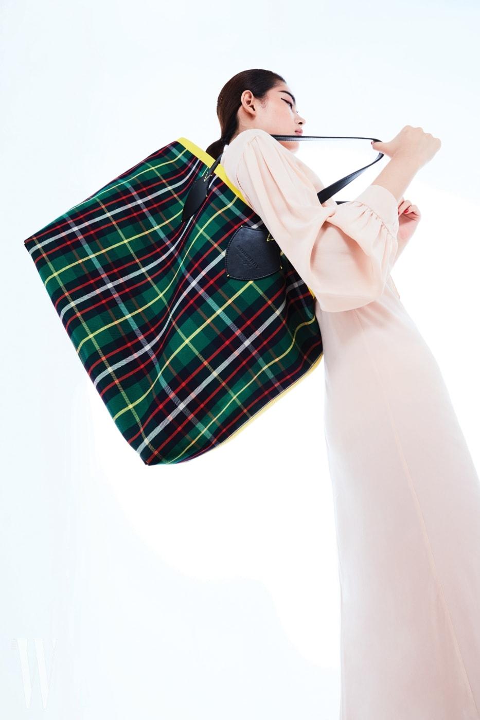 양면으로 사용할 수 있는 리버서블 타탄체크 백은 버버리 제품. 2백40만원. 살구색 드레스는 미우미우 제품. 가격 미정.