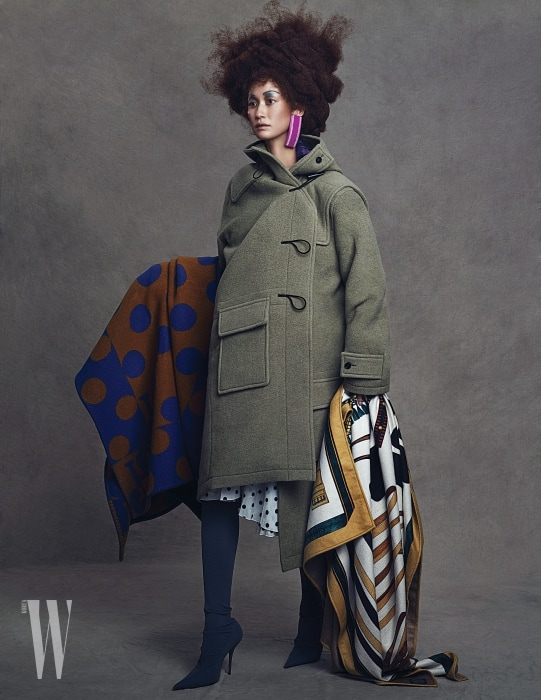 변형된 실루엣의 더플 코트, 폴카도트 드레스, 부츠, 이어링은 모두 Balenciaga, 동그라미 패턴 블랭킷과 스카프가 연상되는 아티스틱한 프린트의 캐시미어 실크 소재 블랭킷은 둘 다 Hermes 제품.