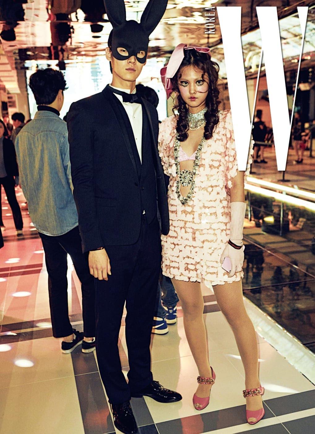 모델 앨리스가 입은 비즈 장식 드레스와 신발은 MiuMiu 제품.