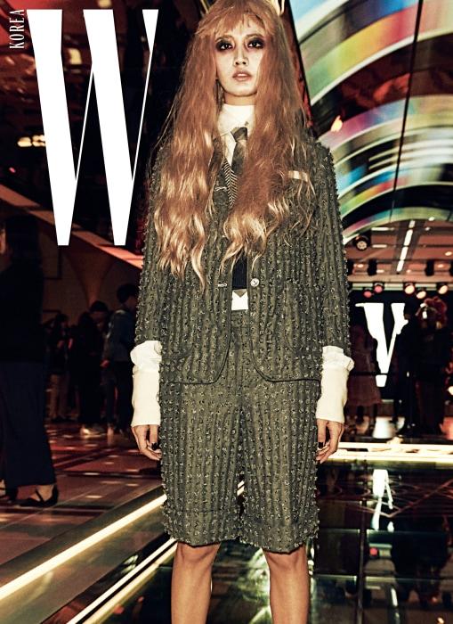 백발 콘셉트의 모델 이화가 입은 슈트는 Thom Browne 제품.