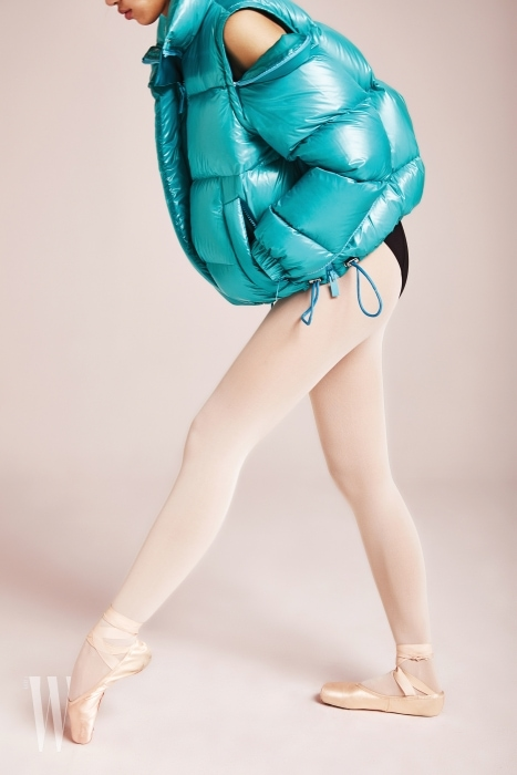어깨에 지퍼가 있어 오픈할 수 있는 하늘색 패딩 점퍼는 사카이 제품. 가격 미정.