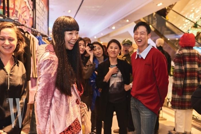 오픈 파티에서 조우한 유명 패션 블로거 수지 버블과 래퍼 한해.