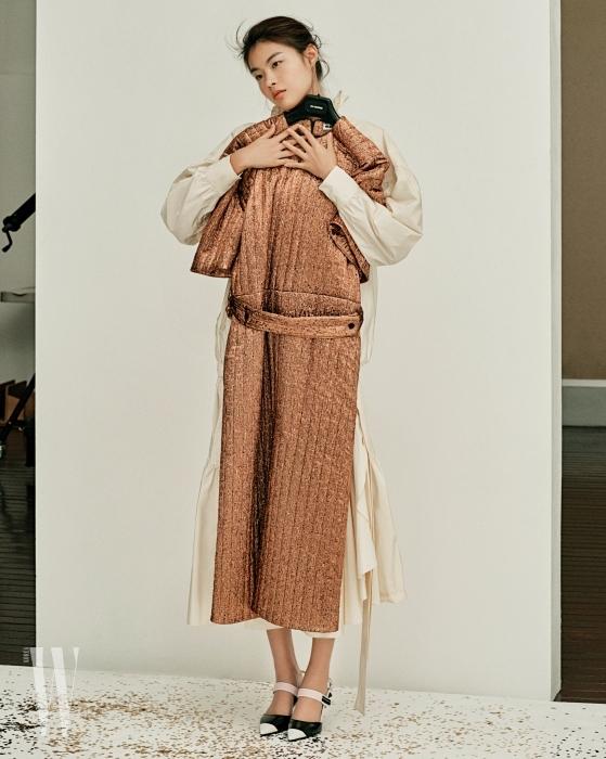 금색 루렉스 드레스는 질샌더 제품. 가격 미정. 하이네크 칼라의 셔링 드레스는 겐조 메멘토 넘버원 제품. 1백95만원. 스포티한 샌들은 프라다 제품. 가격 미정.