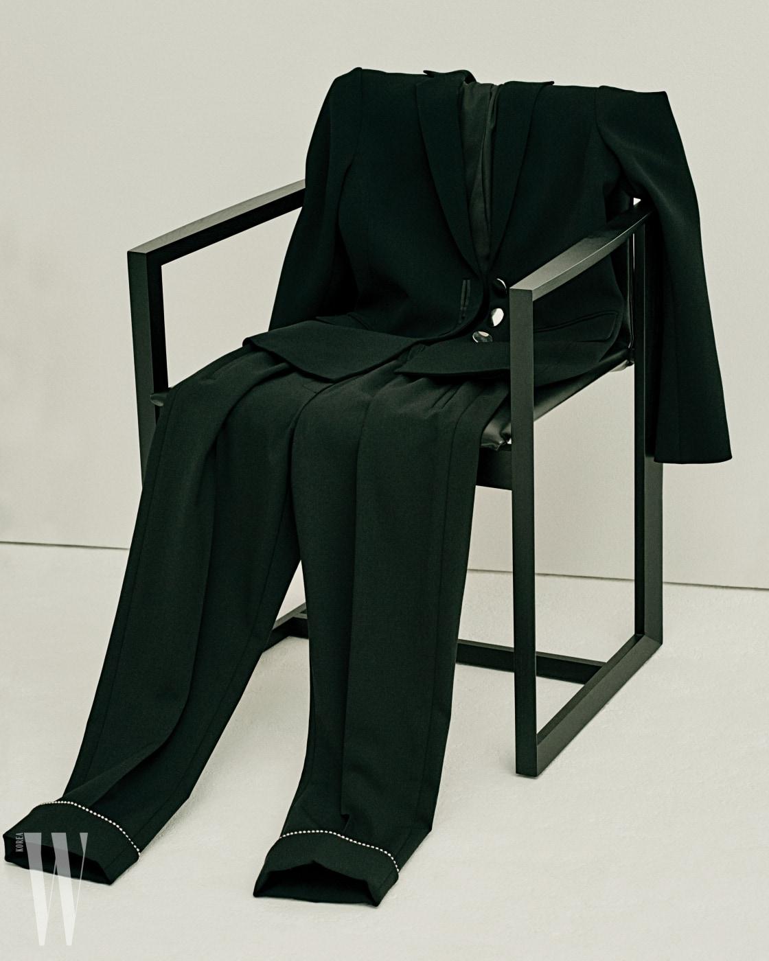 헴라인에 동그란 비즈를 장식한 팬츠는 알렉산더 왕 제품. 1백39만원. 각진 프레임이 멋진 의자는 이브 체어 by 크리에이티브 랩 제품.