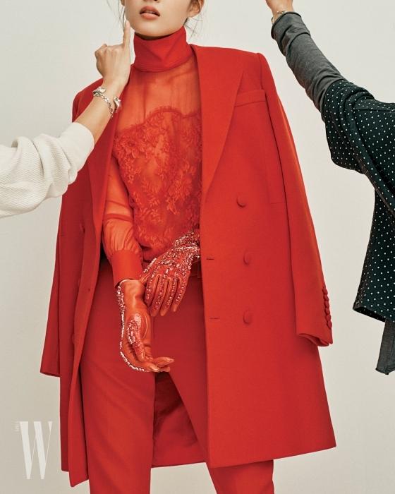 시스루 톱, 주얼 장식 장갑, 테일러링이 훌륭한 코트는 지방시 제품. 모두 가격 미정.