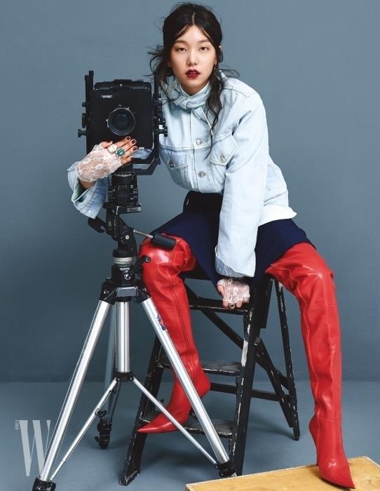 데님 재킷과 스커트, 붉은색 가죽 부츠는 모두 발렌시아가 제품. 가격 미정. 반지는 제이미&벨 제품. 10만원대.