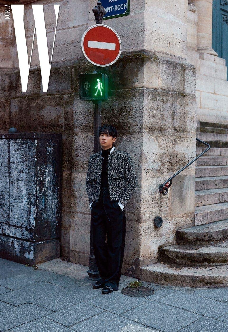 쇼트 재킷은 Chanel, 검정 터틀넥은 Ports 1961 by John White, 통넓은 팬츠는 Midorikawa by 1LDK, 슈즈는 Gucci 제품.
