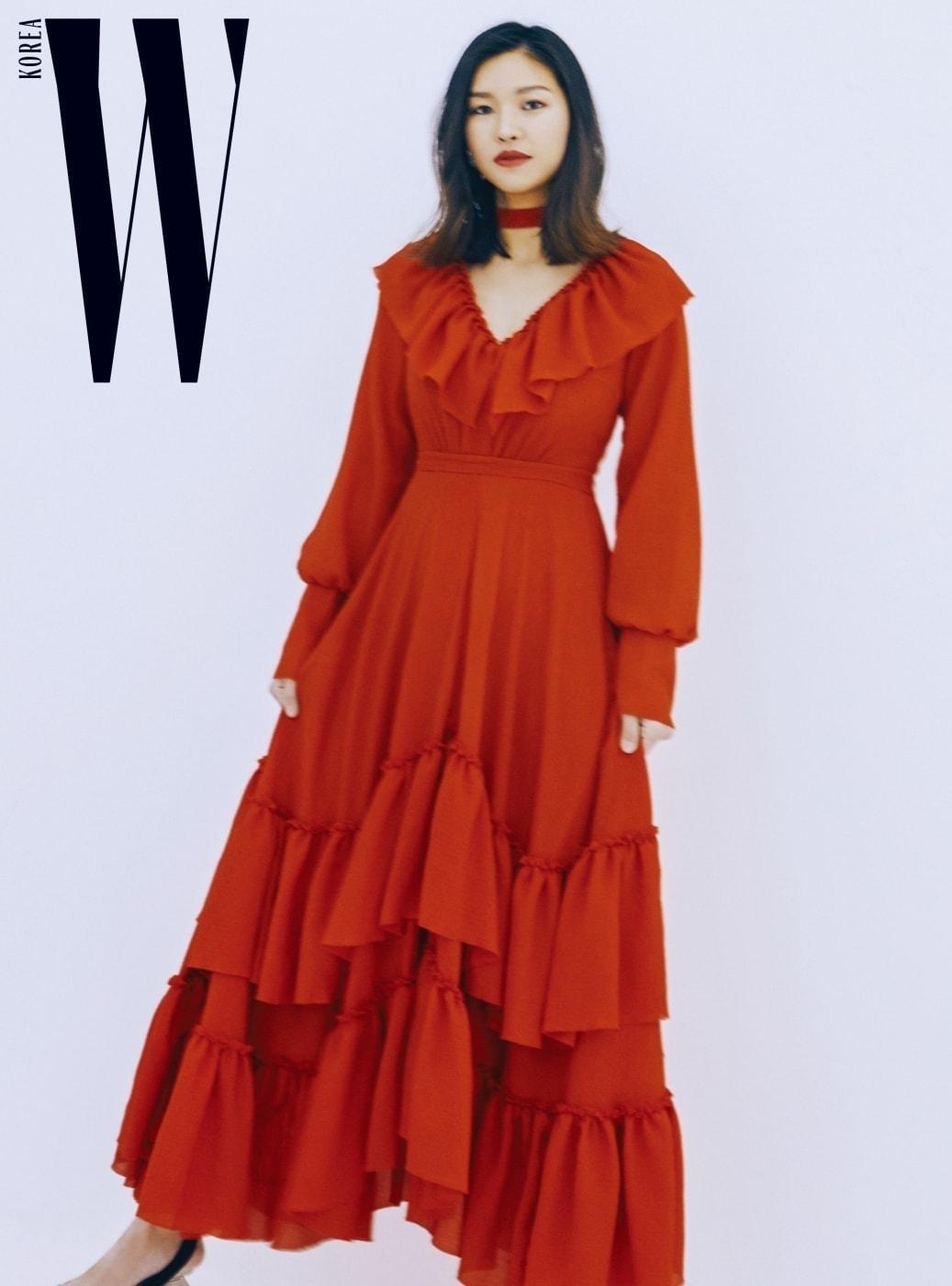 붉은색 티어드 드레스는 레지나 표 제품.