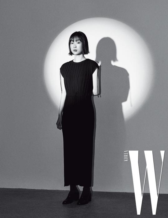 플리츠 장식 드레스는 캘빈 클라인 제품.