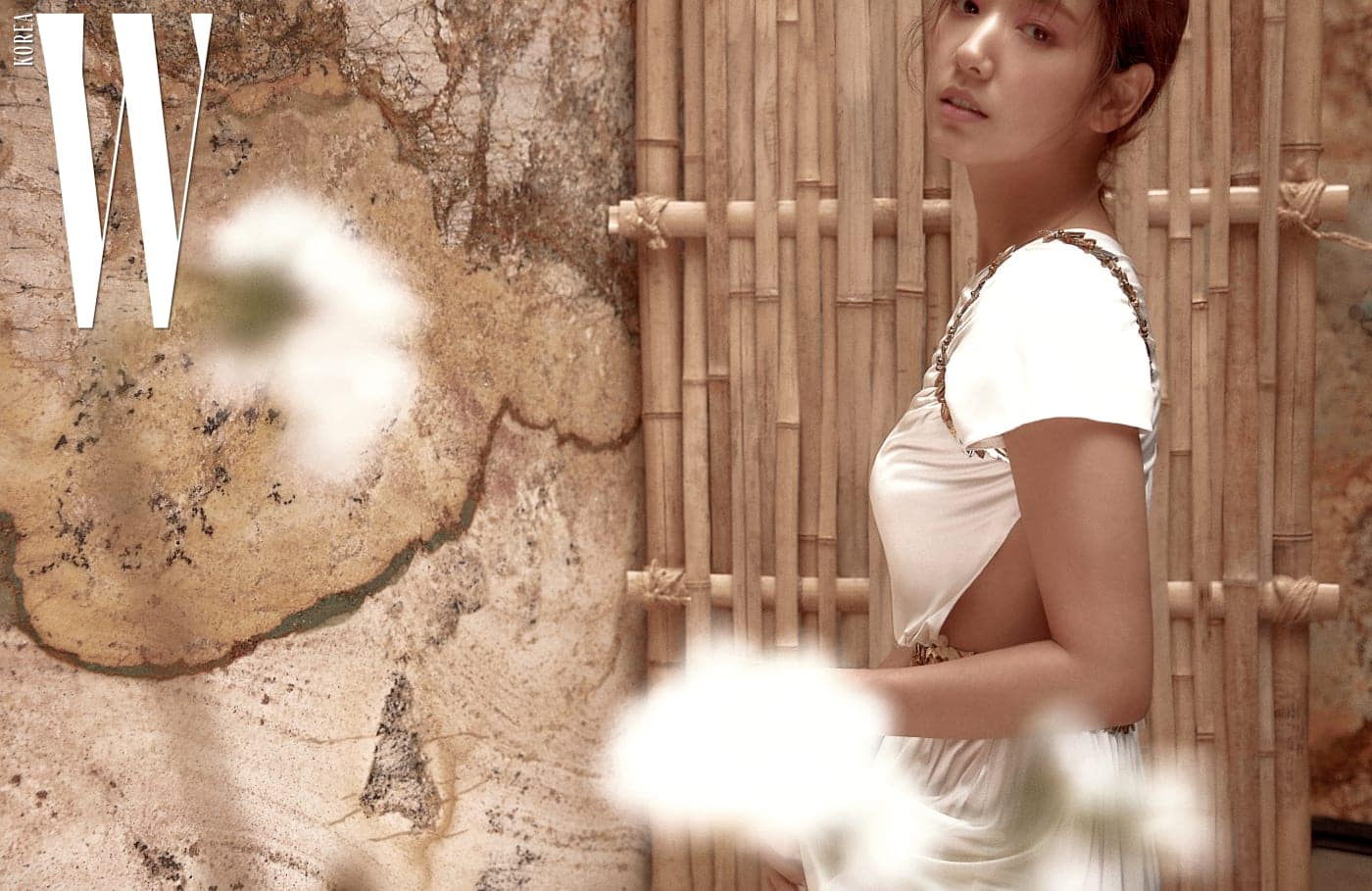 사랑의여신아프로디테를 연상시키는, 어깨와허리에 월계관을장식한 하얀드레스는Chanel 제품.
