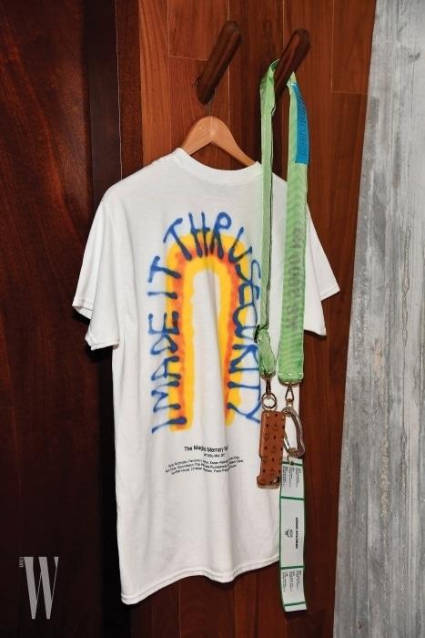 협업 티셔츠와 함께 전시된 휴대폰 케이스. 네온 그린 컬러의 오버사이즈 스트랩이 특징이다.