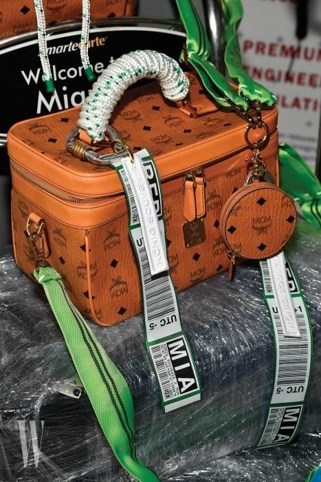 로프 손잡이와 러기지 태그 디테일로 생명력을 불어넣은 컬래버레이션 가방.