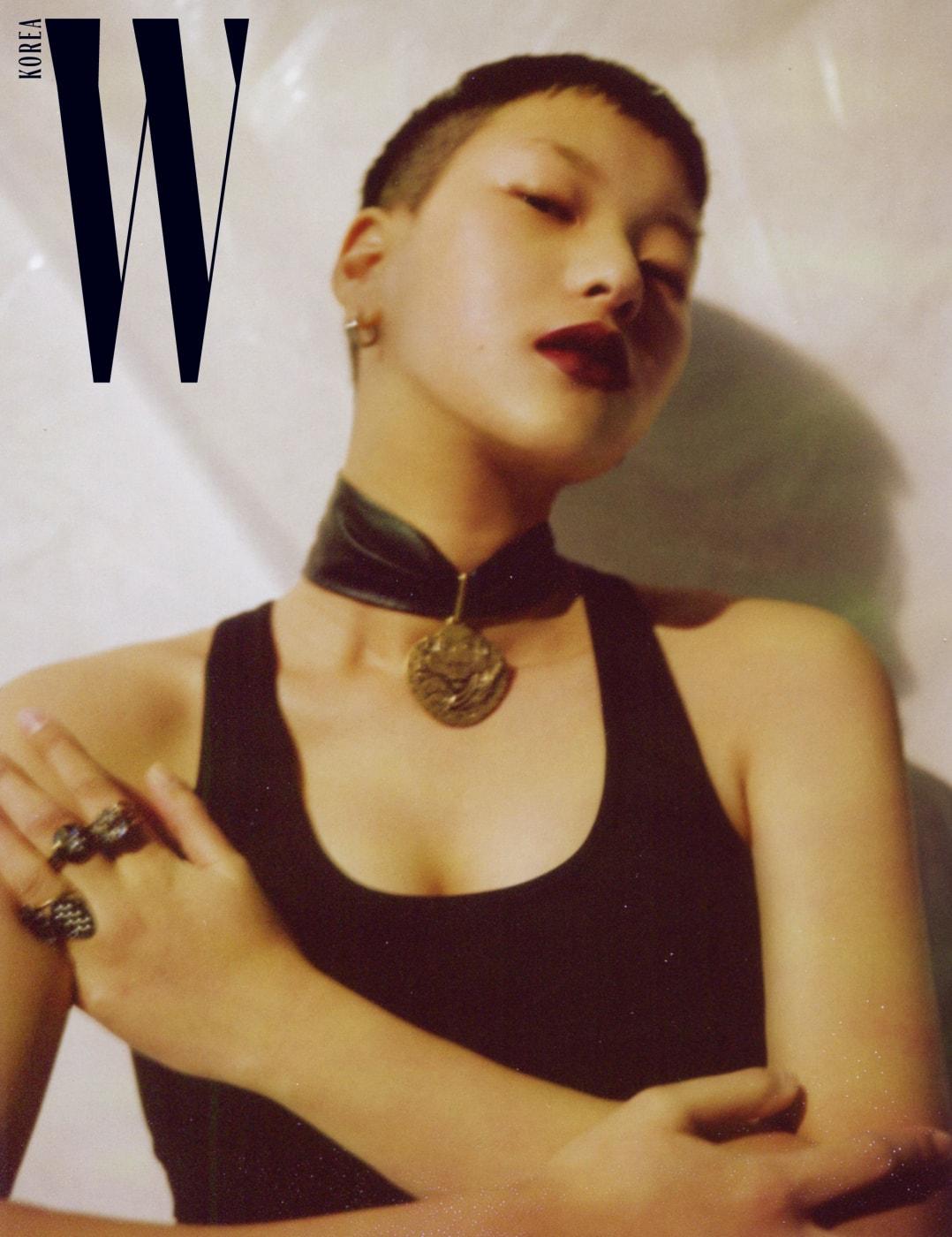 초커형 목걸이는 루이 비통, 슬리브리스는 나이키, 반지는 디올 제품.