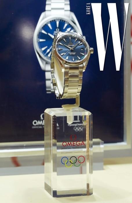 이번 올림픽을 위해 특별 제작된 씨마스터 아쿠아 테라 '평창 2018' 리미티드 에디션. 블루 다이얼 미닛 트랙 위에 오륜기의 5가지 컬러를 사용해 'Pyeongchang2018'이라는 문구를 새겼다.