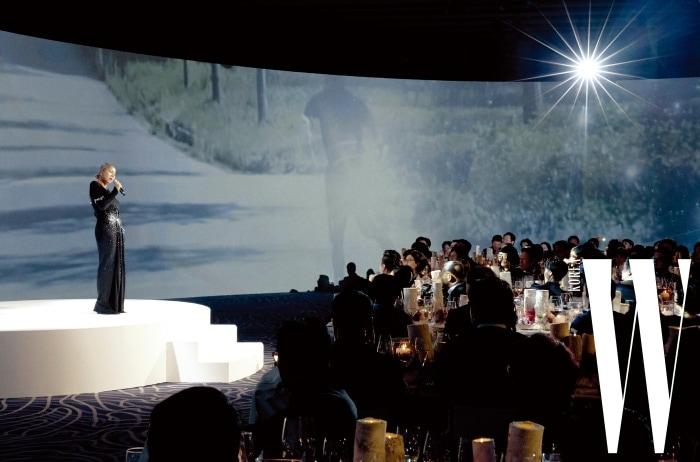 성화 봉송 주제가 'Let Everyone Shine'과 '거위의 꿈'을 열창한 가수 인순이의 무대.