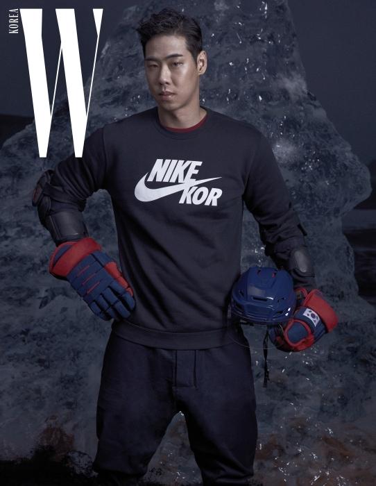 국적 표시가 도드라진 스웨트셔츠 팬 웨어와 레이어드한 버건디색 티셔츠, 낙낙한 라인의 팬츠는 모두 Nike 제품, 하키 헬멧과 장갑은 선수 소장품.