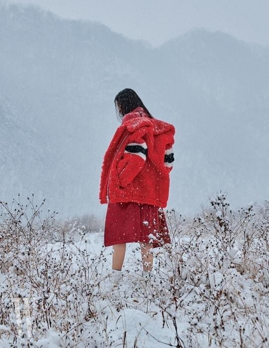 강렬한 빨간색 양털 재킷과 안에 입은 페이턴트 소재 코트는 MSGM 제품. 모두 가격 미정. 꼭 끼는 소재의 흰색 삭스힐은 스튜어트 와이츠먼 제품. 가격 미정.