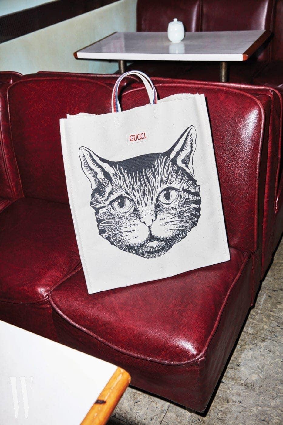 소파 위에 놓인 고양이 프린트 캔버스 백은 구찌 제품. 1백13만원.