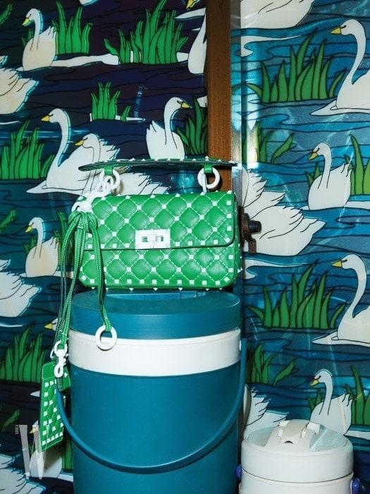 화이트 스터드가 장식된 초록색 프리락스터드 스파이크 컬렉션 백과 참은 발렌티노 가라바니 제품. 백은 2백33만원, 참은 가격 미정.