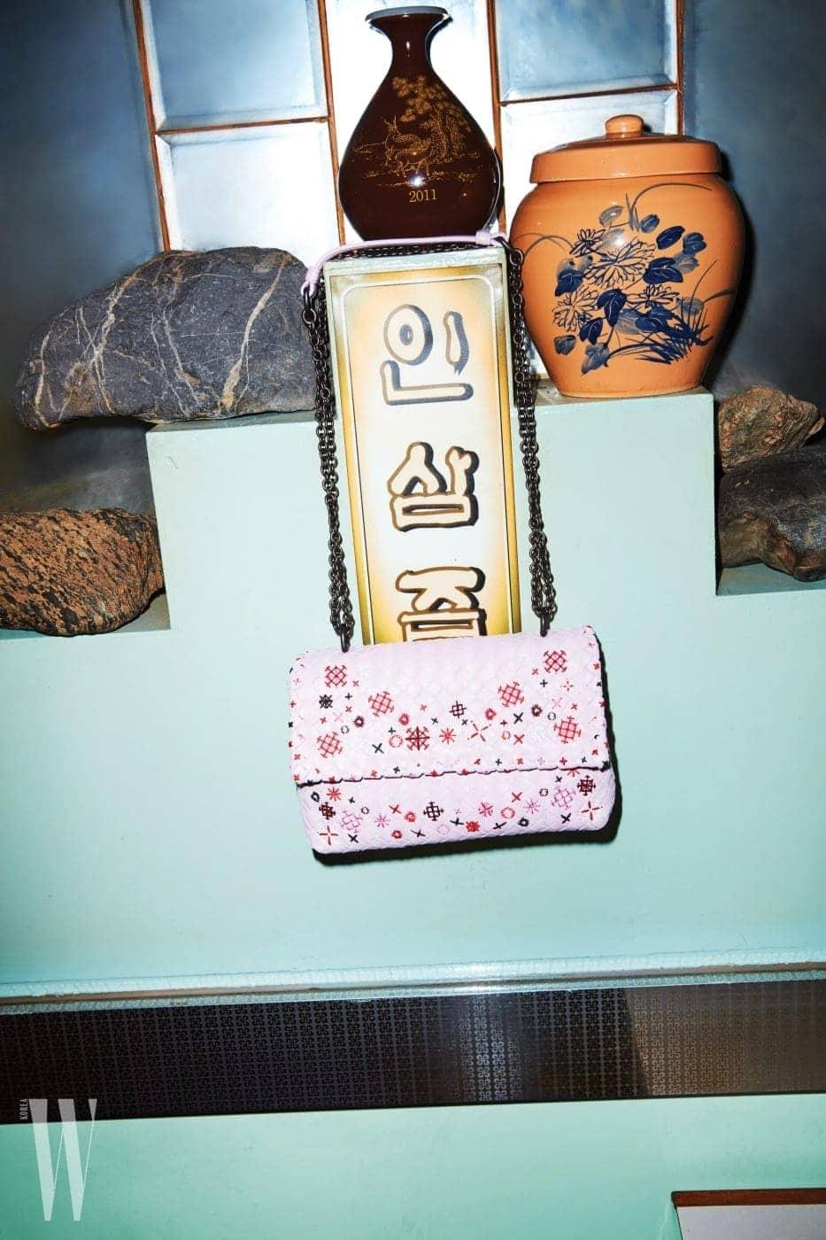 아름다운 자수를 더한 핑크색 위빙 숄더백은 보테가 베네타 제품. 3백33만원.