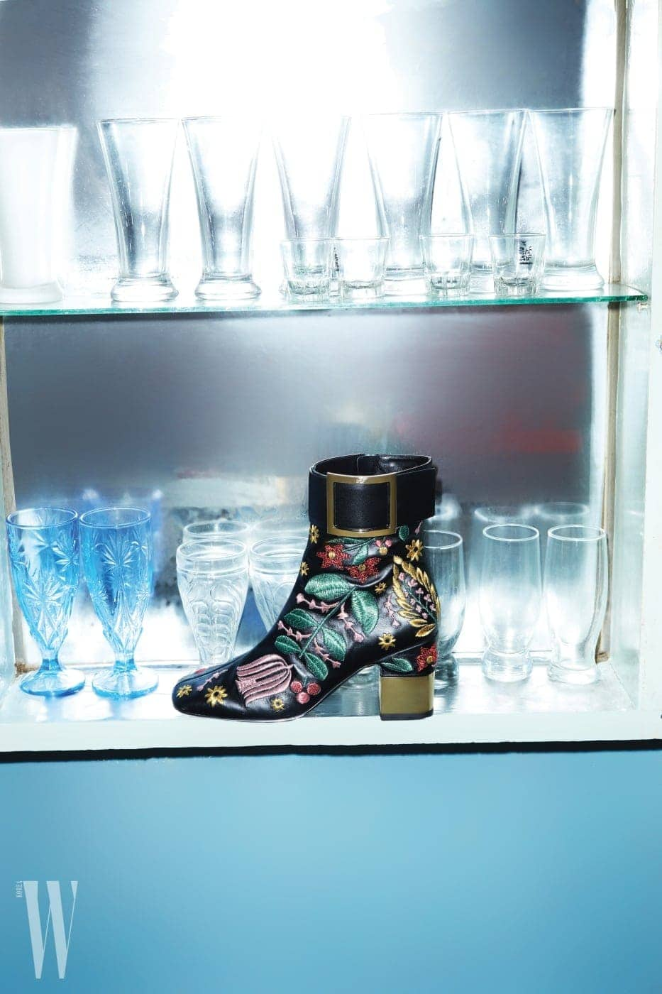 유리잔 찬장에 놓인 버클 장식 자수 부츠는 로저 비비에 제품. 가격 미정.